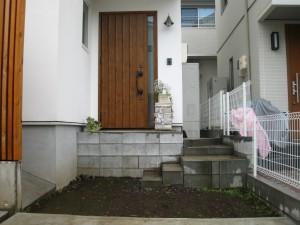 古レンガと枕木でかわいい玄関まわりを。